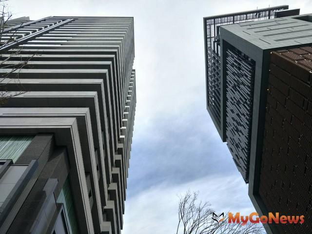 豪宅的3大配備分別是,(1)大基地、大棟距、大坪數,(2)優質建築團隊,(3)頂級公共設施。其中第(1)項條件最重要