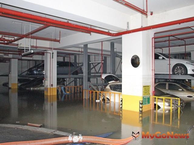 高雄「裕藏富邑」因豪雨導致地下室積水,韓國瑜:建立防範大樓積淹水標準流程(圖:高雄市政府)