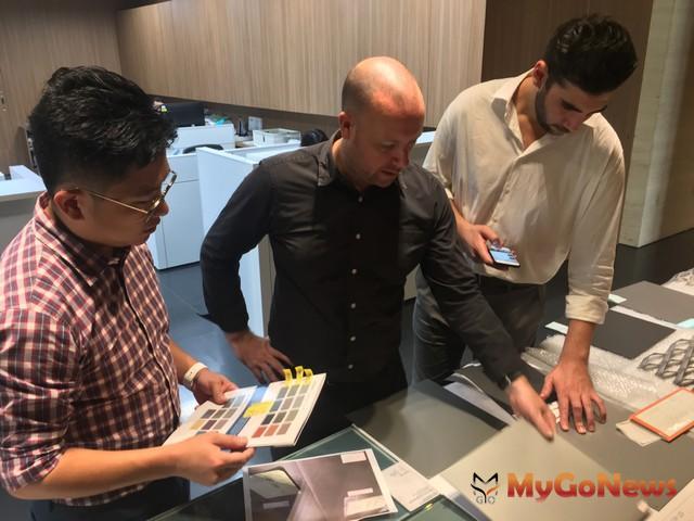 發言人洪嘉聰與國際國隊討論每一個細節。 MyGoNews房地產新聞 專題報導