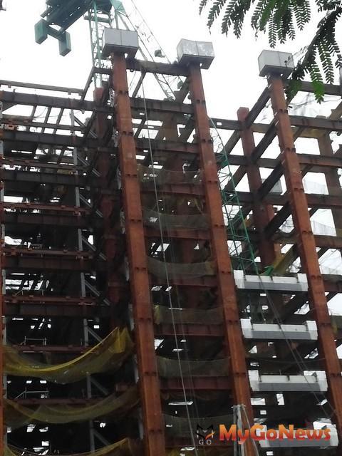 固定式起重機吊臂折斷現場照片(圖:新北市政府)