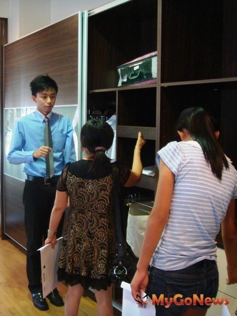 由設計師陪同客戶參觀,能解答更多傢俱疑問與小知識(圖:歐德集團)