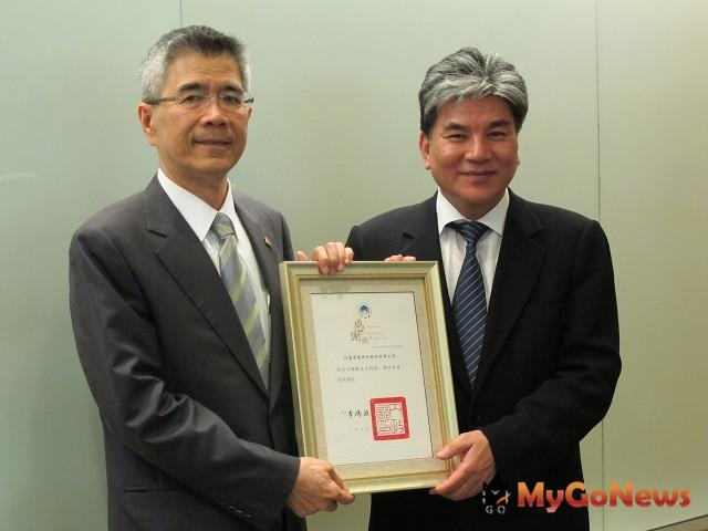 內政部長李鴻源頒感謝狀給信義房屋董事長周俊吉,表彰推動第二胎生育獎勵措施。(圖:信義房屋)