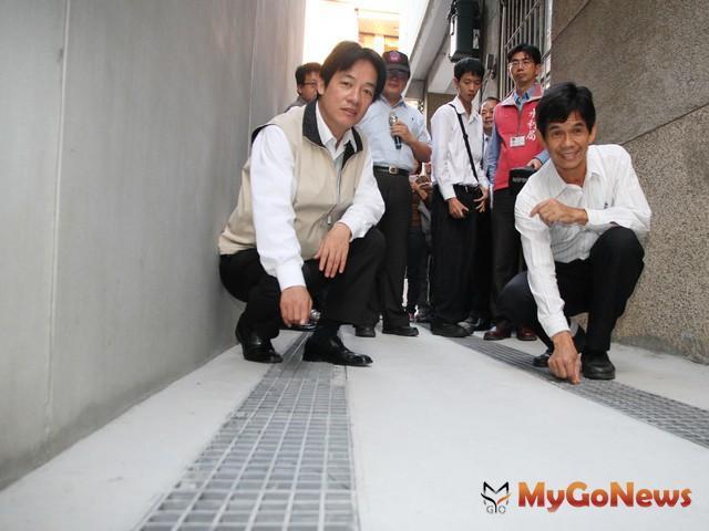 台南市長(左)賴清德表示,有完善的污水下水道建設,才會有現代化的美麗都市跟健康的市民。