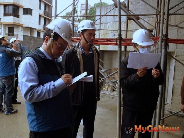 吳世瑋副局長聽取督工小組與技師人員稽查報告(圖:新北市政府)