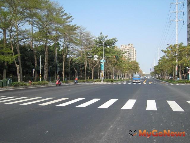 高雄市德民路是楠梓區東西向主要幹道,西至啟昌街,東至台1線,串連台17線與台1線