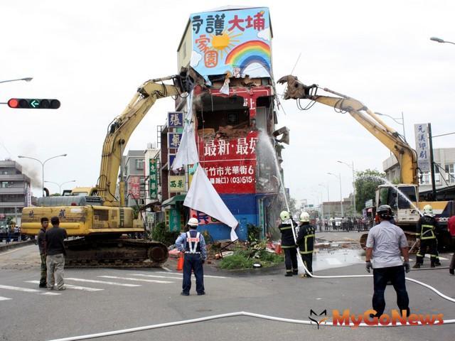 苗栗縣政府對於2013年7月18日執行拆除竹南科都市計劃案公共設施工程範圍內逾期建物遷移工作(圖:苗栗縣政府)