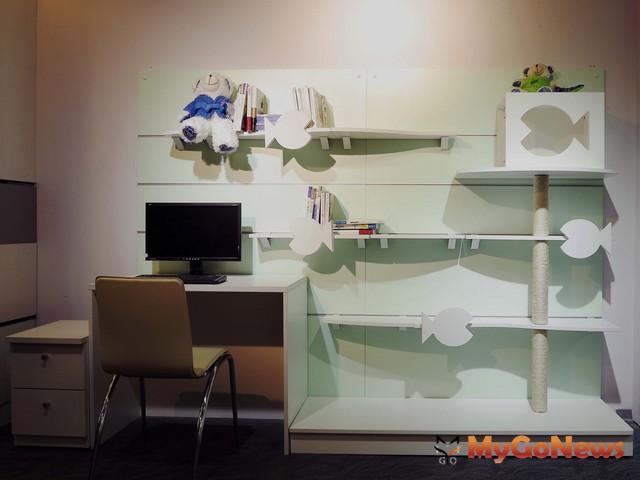 與巿售最大不同之處,即是將一般家具與貓跳台的功能合而為一,亦可增加收納空間,高低層板設計,符合貓咪喜歡攀高的特性(圖:信義居家)