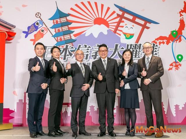 (左三)日本信義何偉宏社長與信義房屋馮其義副總經理(右三)為日本信義新增香港據點,創新服務品牌SJ_HOME品牌贊聲