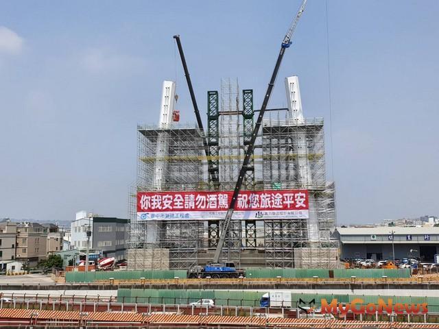 水湳園區豎琴式斜張橋主塔成形