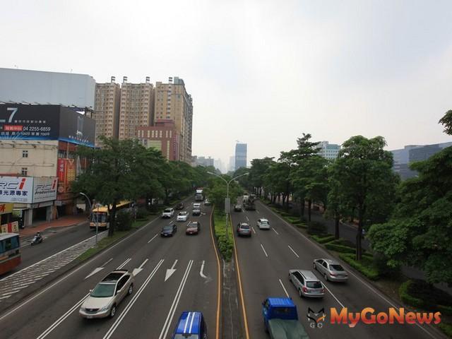 企業進駐台灣大道取得燙金門牌,如同掌握進出中台灣門戶的地標。