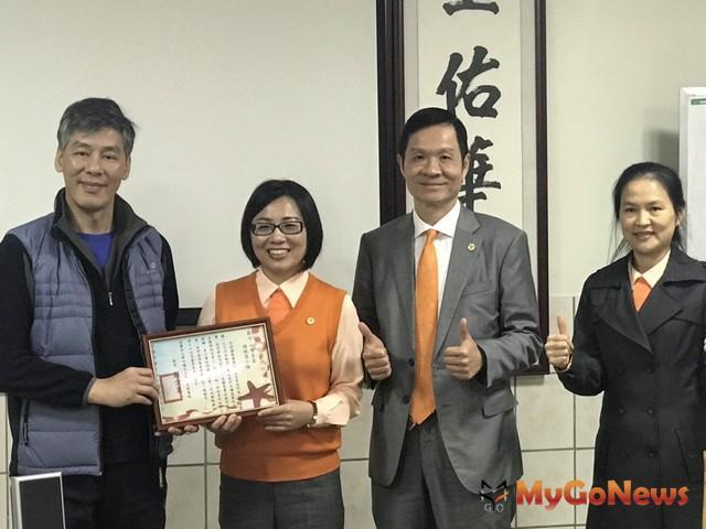 台灣房屋首席總經理彭培業(右二)和集團副總裁宋滿華,出席楊佩蓉捐贈醫療車儀式,世光教養院院長彭少呈(左一)代表受贈