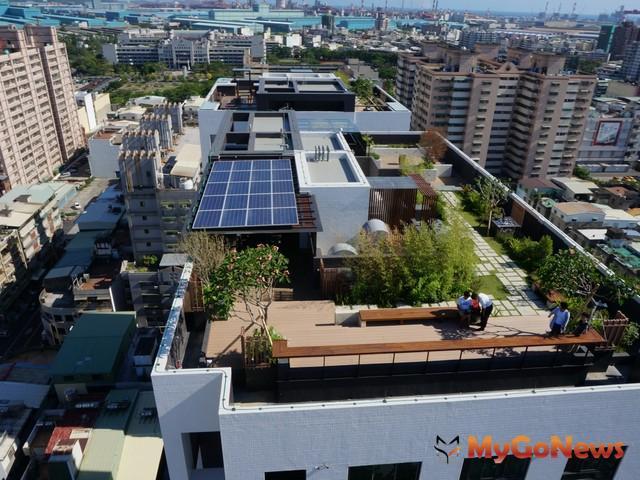 高雄市府推光電綠能城市,「悠遊市二期」光電屋頂空中花園再添一例(圖:高雄市政府)