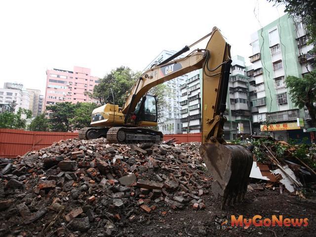 不論公私有新建建築物,均應進行建築基地綠化與建築基地保水設計。