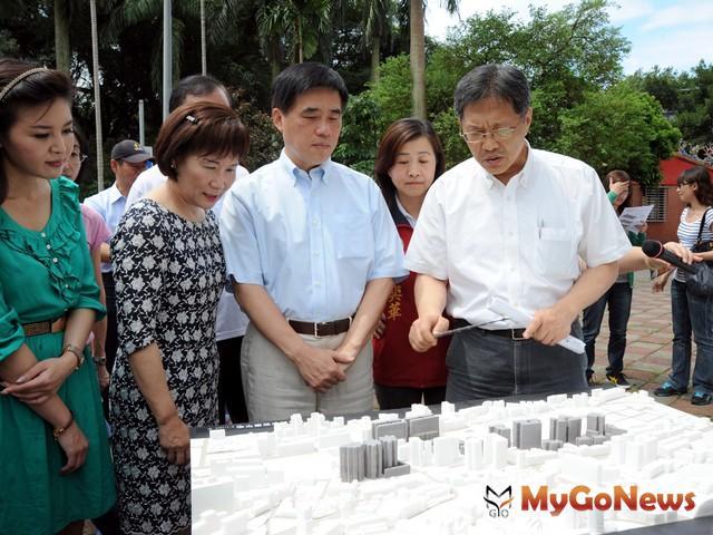 2012年5月30日前往安康公營出租住宅旗艦計畫基地視察。(圖片提供:台北市政府)