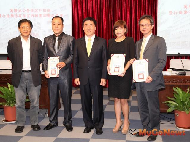 會後,郝龍斌頒發感謝狀給三家廠商代表並合影留念。(照片提供:台北市政府)