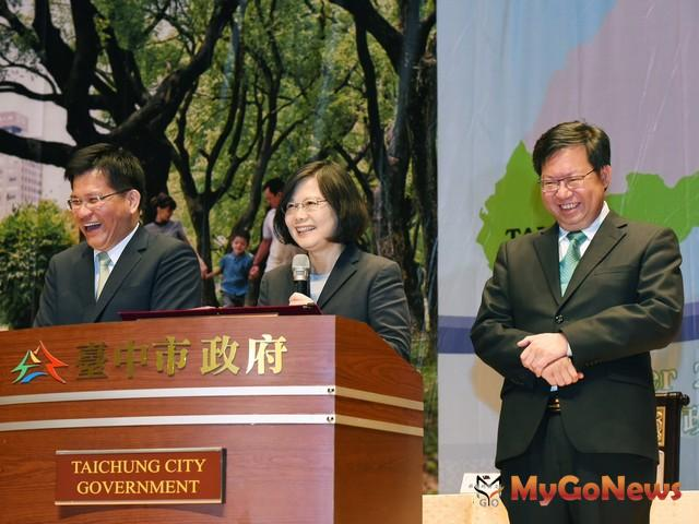 林佳龍、鄭文燦簽署合作備忘錄,共有6大面向、24項合作提案(圖:台中市政府)