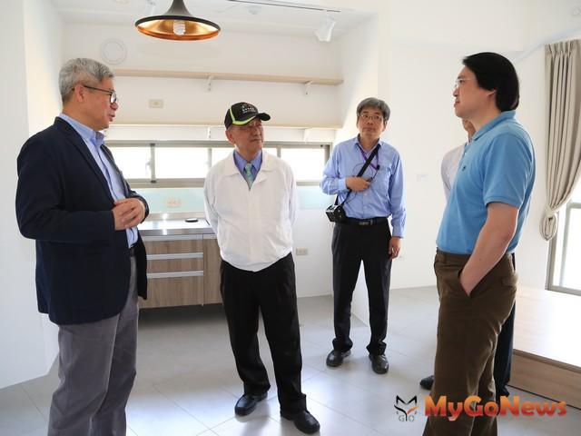 基隆市長林右昌(右)率團參訪,肯定台中豐原安康段社宅高品質,認為這棟社宅將成全國典範(圖:台中市政府)