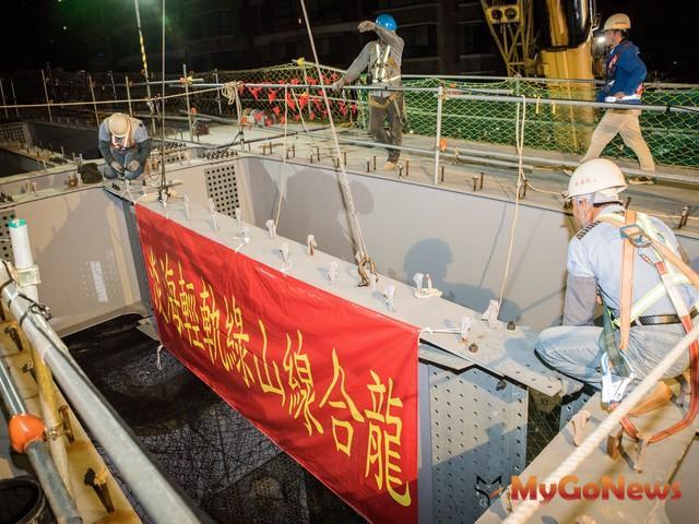 接近完成 淡海輕軌綠山線11月30日完成合龍(圖:新北市政府)