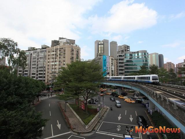 和平東路三段的沿線有捷運六張犁、麟光站,又連接基隆路,可以快速到達信義計畫區,交通相當便利。