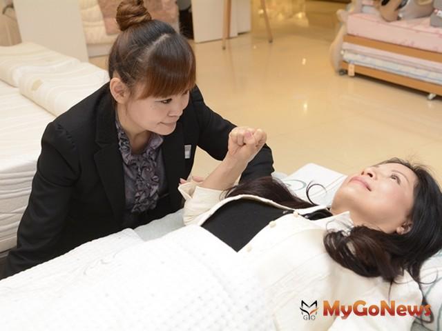 上肢能量測試用於挑選枕頭,適合的枕頭彎曲的手將不會被力量推動,代表枕頭沒有壓迫(圖:業者提供)