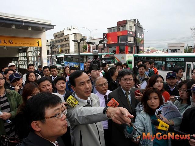 朱立倫對於視察捷運新莊線與蘆洲線的情形表示滿意。(圖片提供:新北市政府) MyGoNews房地產新聞