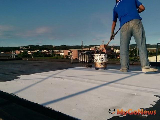 頂樓進行防水工程塗裝(圖:信義居家服務中心)