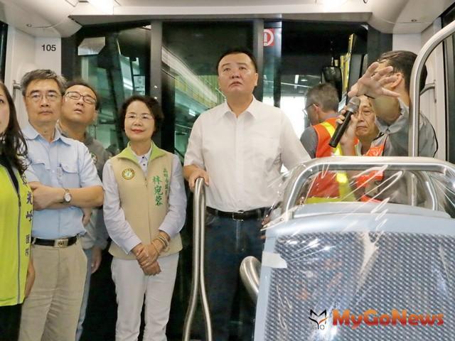 視察二階輕軌首列車,許立明期待兩階段車輛全線營運(圖:高雄市政府)