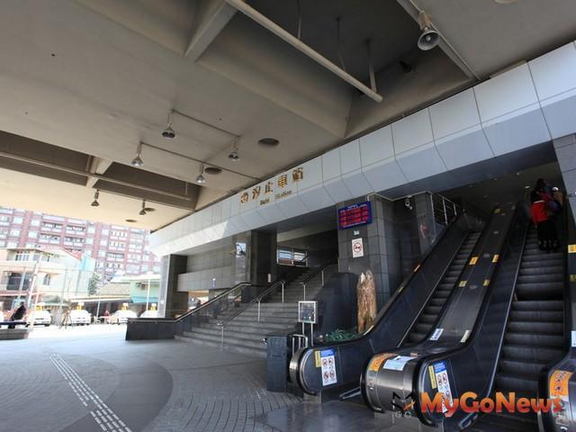 汐止文化中心若依法取得建築執照,對於汐止火車站周邊人口密集核心地區提供一處便利的聚會場所。