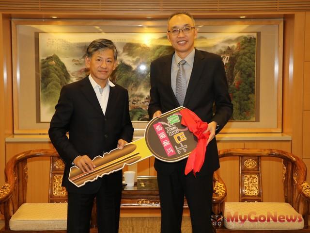 新潤(華潤)建設董事長黃文辰(左)捐贈復康巴士鑰匙 由謝政達副市長代收(圖:新北市政府)