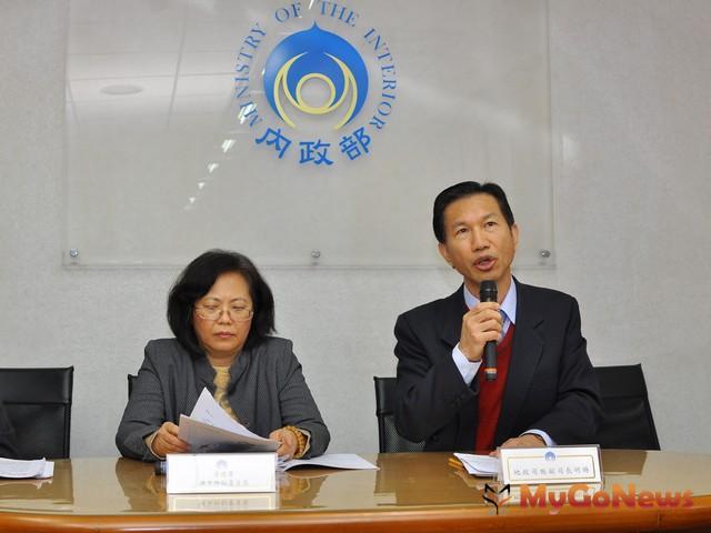 內政部地政司副司長施明賜(右)說明房屋租賃新制(圖:內政部)