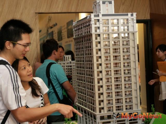 網站業者House123也號召民眾揪團看屋,更打出專家幫忙議價口號,吸引近百人到建案銷售現場看屋。