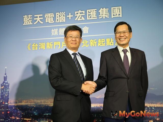藍天電腦董事長許崑泰(右)與宏匯集團總裁黃坤泰(左)攜手集團旗下群光電能,目標打造「有感覺、會思考、能對話」的台北雙子星大樓