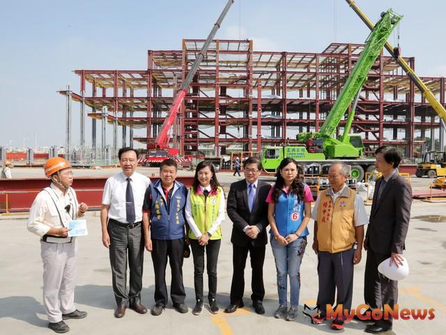 李孟諺(右4)視察市圖總館新建工程,預計2020年完工試營運(圖:台南市政府)