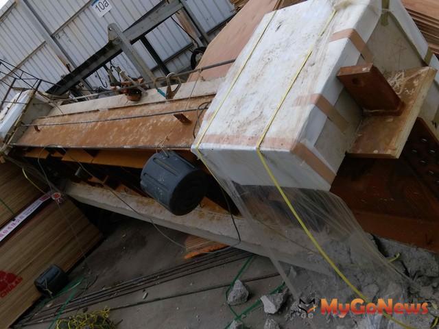 當時吊掛的預鑄梁亦掉落地面(圖:新北市政府)