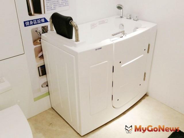 安全家居 「走入式浴缸」提供高齡長輩安全泡澡空間