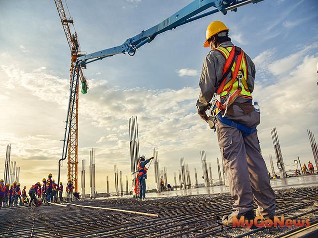 雇主對於進入營繕工程工作場所作業人員,應提供適當安全帽,並使其正確戴用