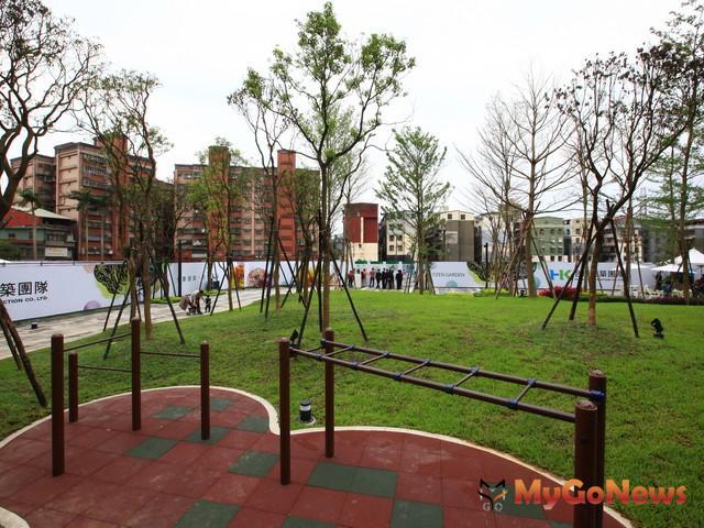 汐止金龍公園是以都市計畫變更捐贈公園的方式開闢完成,開放供當地金龍里里民使用。