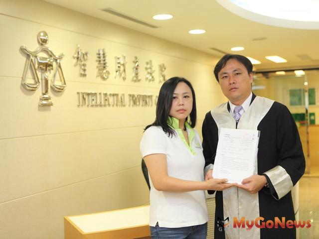 好房網營運長徐賢淑(左)在律師陪同下,向智慧財產法院提出591租屋網侵犯專利權訴訟(圖:好房網) MyGoNews房地產新聞 市場快訊
