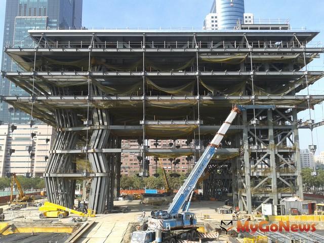 亞洲新灣區四大建築體中的高雄市立圖書館總館新建工程,預計12月底完成鋼構結構體施作(圖:高雄市政府)