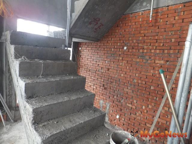 職安法施行後首波營造工地專案檢查 33家業者遭裁罰-樓梯開口未設護欄