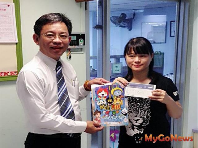 三發地產洪振耀執行副總(左)贈妖怪手錶交響音樂會門票給予台北兒童福利中心