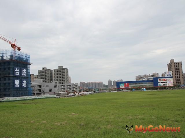 這塊基地鄰近的家樂福、淡水區公所、新市國小等陸續完工,附近的房地產價值跟著水漲船高。