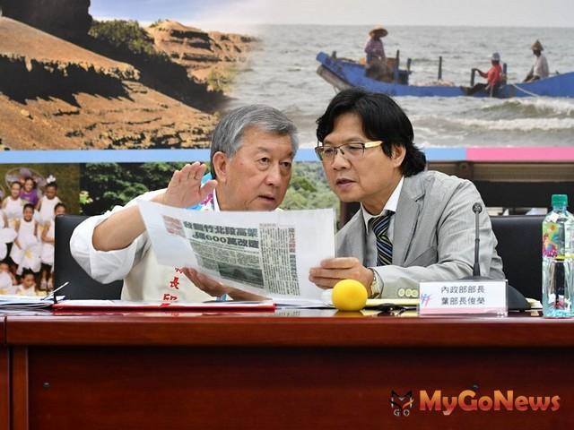 內政部長葉俊榮(右)前往新竹,就前瞻基礎建設計畫與新竹縣長邱鏡淳(左)交換意見(圖:內政部)